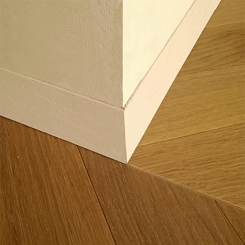 Ristrutturazione con unione di due appartamenti, a prezzo fisso, particolare del battiscopa in legno e del pavimento a spina