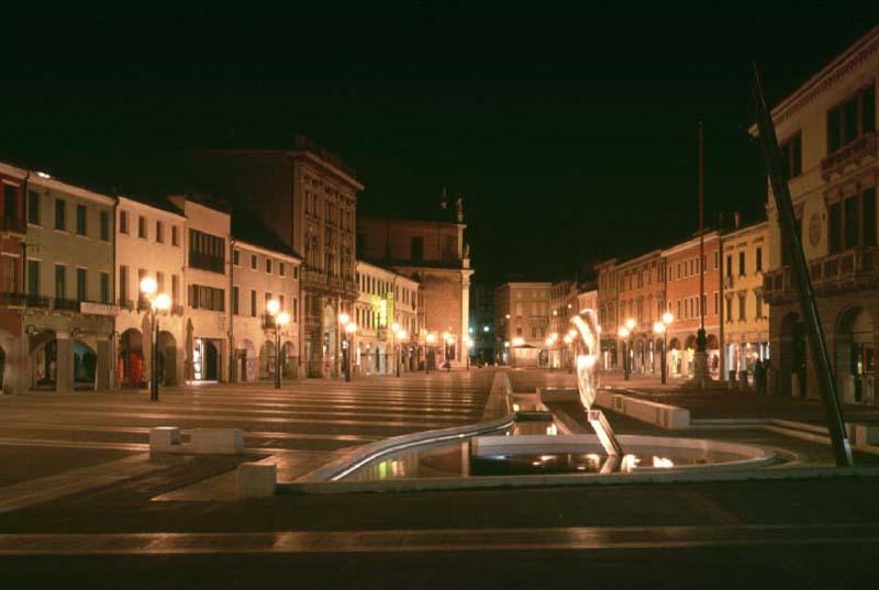 Piazza Ferretto la fontana - immagine notturna