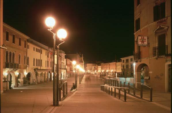 Piazza Ferretto vista dal ponte - immagine notturna