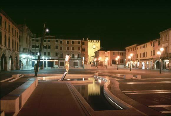 Piazza Ferretto la fontana e la torre civica - immagine notturna