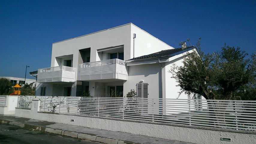 Edificio quadri familiare S1c vista dalla strada di accesso